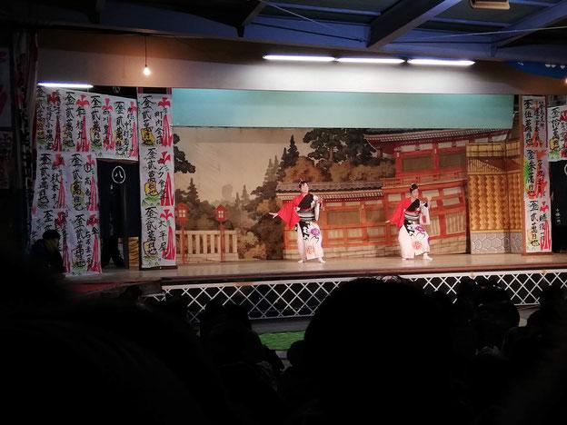 女性らによる踊り