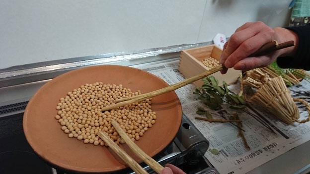 ほうろくで豆を炒る様子