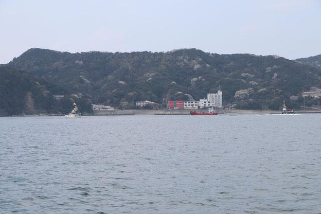和具港前を旋回する船