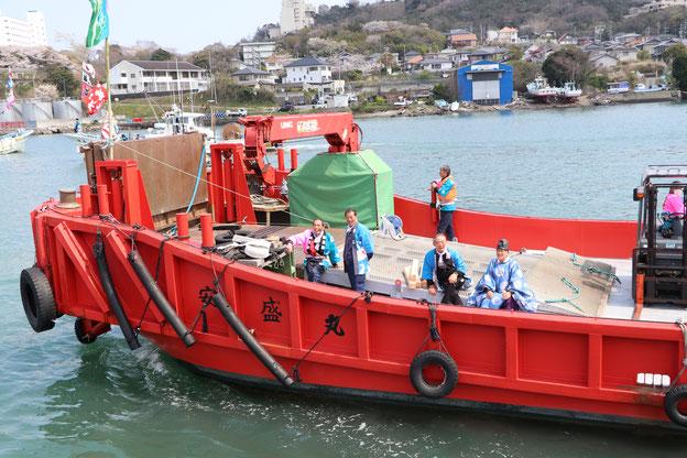 出港する運搬船