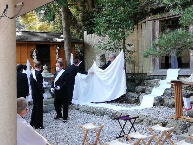 白い布を張る準備