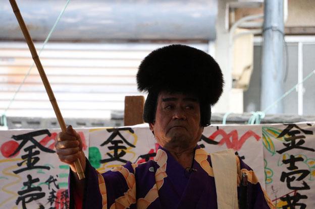 花道に立つ日本駄衛門