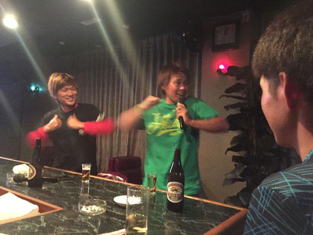 スナックで歌う若者たち