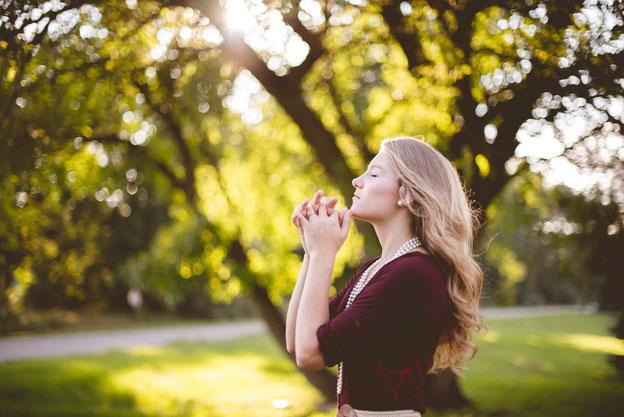 Restez sur vos gardes et priez sans relâche que Dieu vous donne la force d'échapper à tout ce qui doit arriver et de vous présenter debout devant le Fils de l'homme. Faites bien attention, restez en éveil et priez, car vous ignorez quand ce temps viendra.