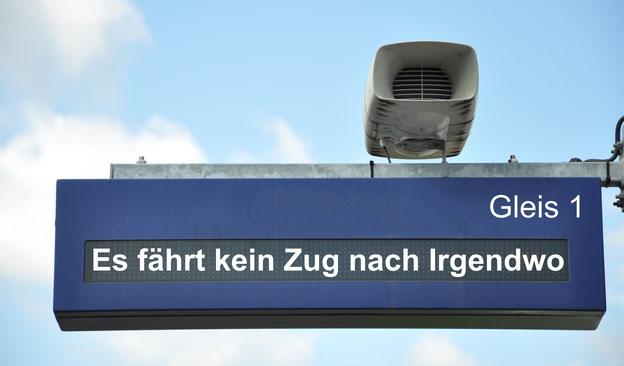 """Bahnhofs-Anzeigetafel mit der Aufschrift: """"Es fährt kein Zug nach Irgendwo"""""""