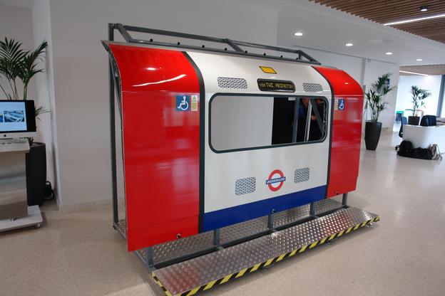 Seitenwand einer bei Bombardier aus FSW-Paneelen hergestellten Zugs der Londoner U-Bahn
