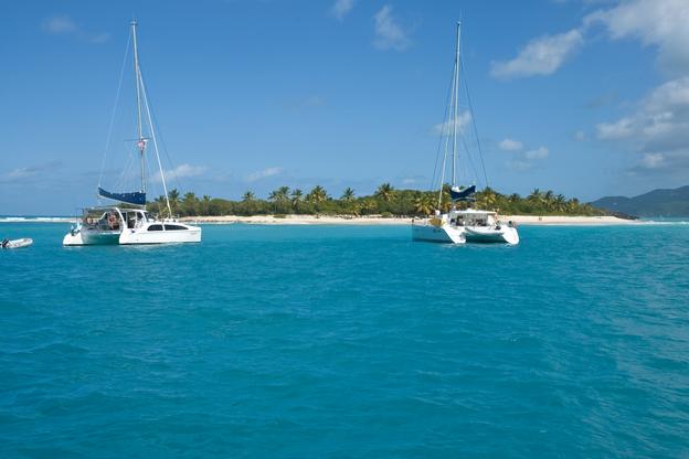 Sandy Cay mit 2 Katamarane davor bei Yacht-Urlaub