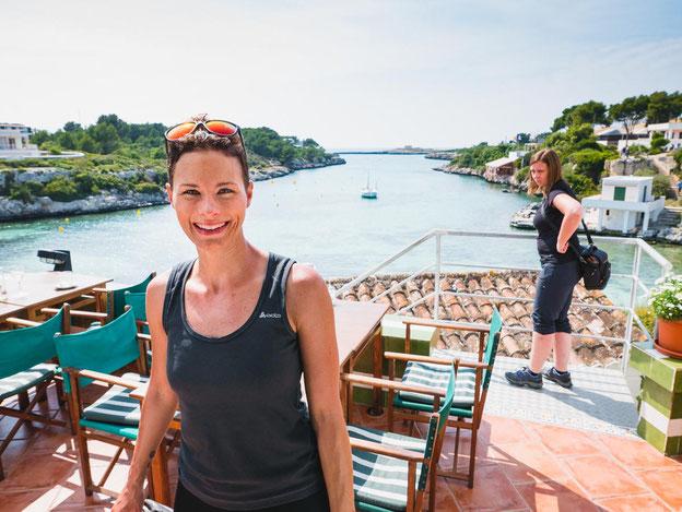 """Auf der Terasse des Restaurants Bahia in Santandria mit Blick auf die """"Piraten-Bucht"""""""