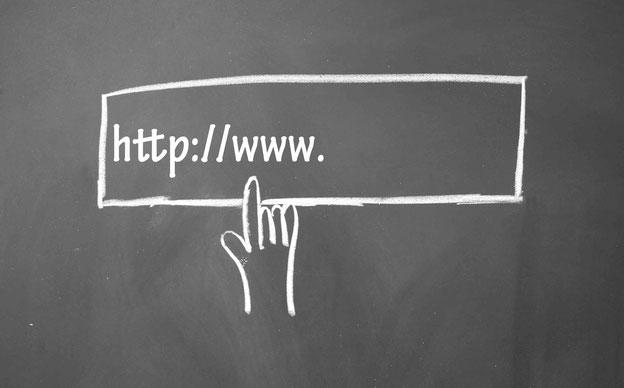 URL in Kreide auf Tafel geschrieben