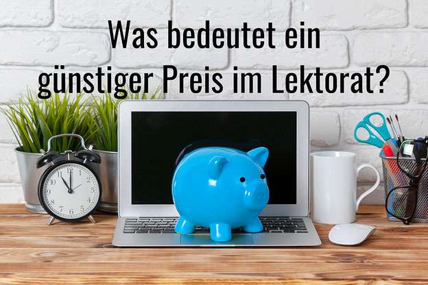 Laptop vor einer weißen Wand mit einem Sparschwein. Text: Was bedeutet ein günstiger Preis im Lektorat