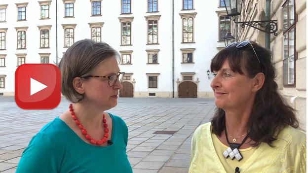 Huberta Weigl und Renate Legatt-Hofer. Auf das bIld klicken, um das Video zu starten!