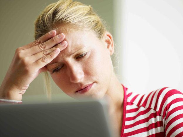 Sorge, Frau mit Kopfschmerzen
