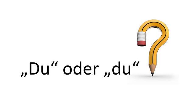 """Ein Stift als Fragezeichen mit dem Text: """"Du"""" oder """"du""""?"""