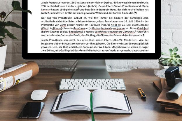 Schreibtisch mit PC und Text mit geschützten Leerzeichen