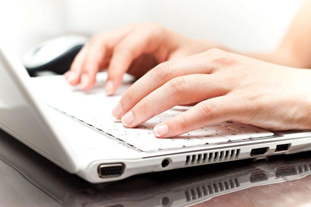 Finger auf der PC-Tastatur