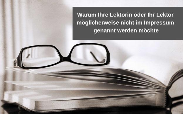 Ein aufgeschlagenes Buch mit einer Brille. Im Textfeld steht: Warum Ihre Lektorin bzw. Ihr Lektor möglicherweise nicht im Impressum genannt werden möchte