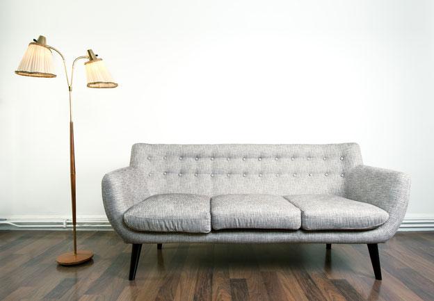 Alte Stehlampe undein altes Sofa bezeichnet: Sie glauben, Ihr Unternehmen hat keine Geschichte? Dann lesen Sie weiter!