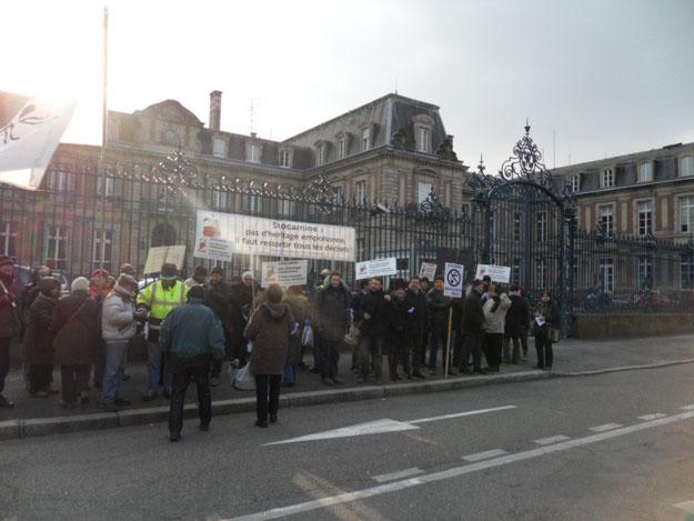 Le 10 mars 2012 devant la préfecture de Colmar pour demander une entrevue au préfet : les grilles ont été fermées pour l'occasion