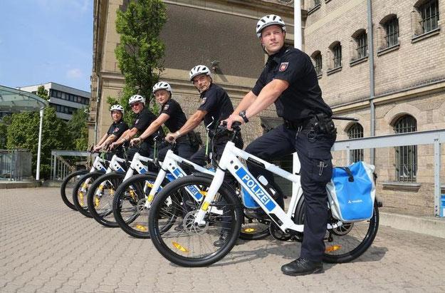 Die Polizei von Hannover auf Ihren neuen e-Bikes