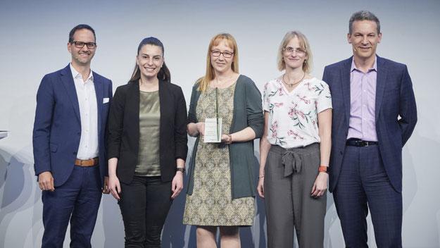 Preisträgerinnen Nazan Yakar, Nicole Kühling, Daniela Schafmeier (Mitte v. l. n. r.) mit Martin Heierle, Geschäftsführer Sonova Deutschland GmbH (links) und Arnd Kaldowski, CEO Sonova AG