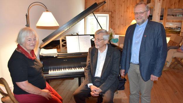 Zu dem Klavierabend mit Hartwig Karstens bei Gastgeberin Margreth Cotterell hatte sich auch Bürgervorsteher Henning Meyn eingefunden.