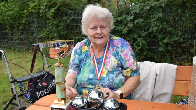 Rita Tensfeldt hatte einen ihrer Pokale aus ihrer Karriere als Boule-Spielerin mitgebracht.