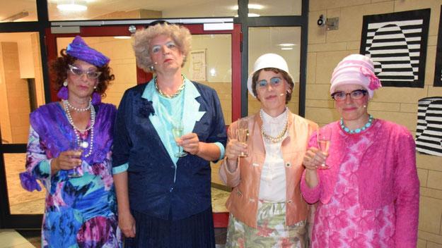 Nach ihrem großen Erfolg gönnten sich die Damen im Foyer ein Schlückchen.