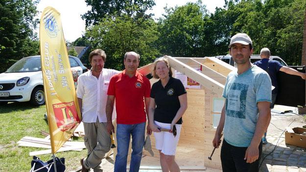 Die Mitglieder des Lions-Clubs bauten vor Ort ein Holzhäuschen zusammen, das am Ende versteigert wurde