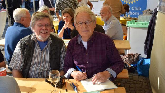 Autor Peter Jäger (r.) signierte am Stand der Rotarier sein neues Buch, unterstützt von seinem Verleger Günther Döscher.