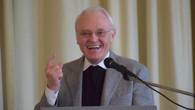 Pfarrer Wolfgang Guttmann bedankte sich mit einer fröhlichen Rede für die gute ökumenische Zusammenarbeit in Quickborn.
