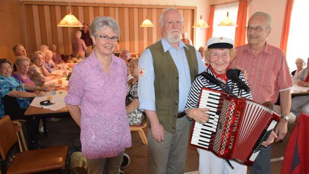 Seniorenbetreuerin Sonja Heggblum, der stellvertretende Vorsitzende Karl-Heinz Tapken und Schatzmeister Trutz Heggblum freuten sich den gelungenen Auftritt der Entertainerin Margot Schöneberndt.