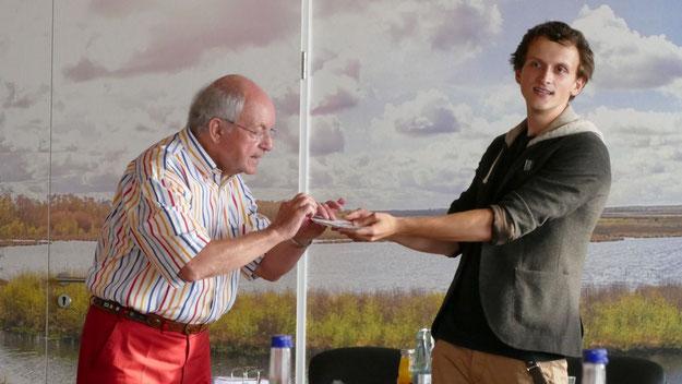 Auch den Vorsitzenden selbst verblüffte Lucas Kaminski. Schneider, auch Pressesprecher der katholischen Gemeinde in Quickborn, verriet, dass sich der junge Zauberer schon seit Jahren als Leiter des Kinderzeltens der Gemeinde engagiert.