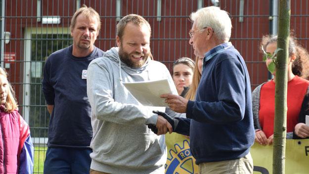 Peter Heydorn überreichte Christian Gramman eine Urkunde über den neuen Baum