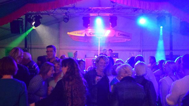 Mit Party-Klassikern gelang es dem DJ-Team, die Tanzfläch schon nach  kurzer Zeit zu füllen