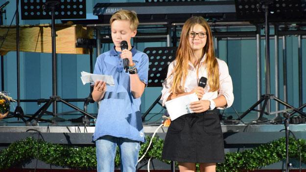 Jarik Foth und Amelie Zeidler aus der 7. Klasse moderierten auf höchst sympathische und fast schon professionelle Weise die Veranstaltung.
