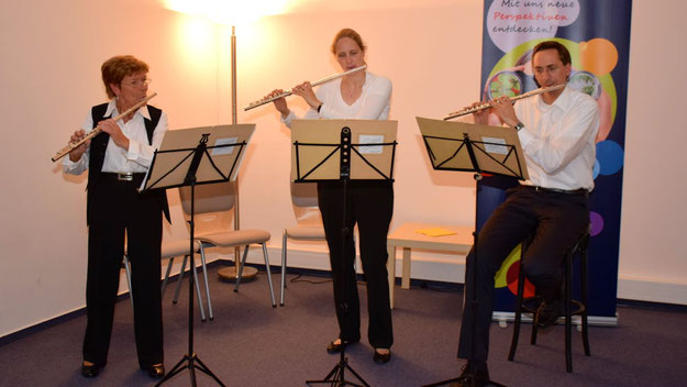 Das Querflöten-Ensemble der VHS unter der Leitung von Charlotte Raasch-Beech mit Anne-Katrin Högel und Wolfgang Schmoller sorgte für den musikalischen Rahmen der Feierstunde.