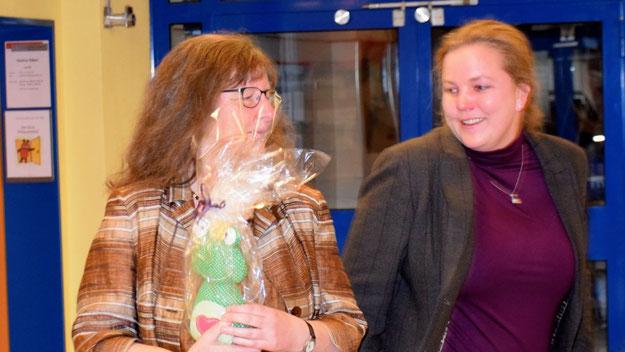 Swantje Schütterle gratulierte der ehemaligen Kollegin mit einem Türstopper.