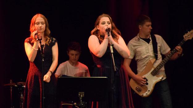 Für die beiden Sängerinnen und sowie Hannah und Julian (beide Keyboard) war es der letzte Auftritt mit der Schulband, denn sie gehören zu den Absolventen.