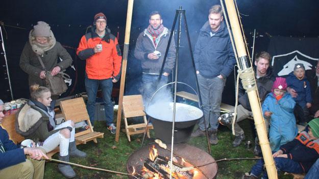 Unter  einem (Zelt-)Dach: Die Pfadfinder der katholischen und der evangelischen Kirche luden zum Treffen am offenen Feuer ein