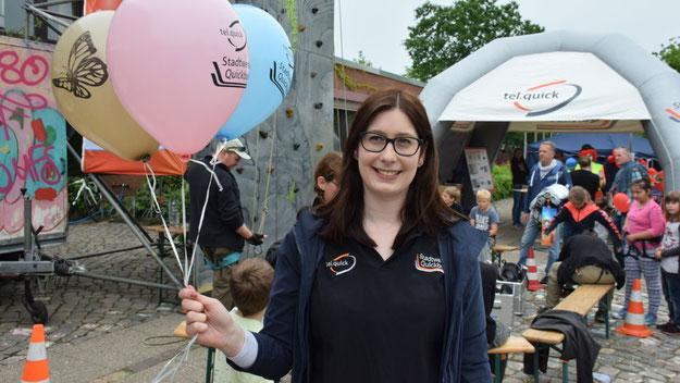 Jeannine Kuper, Pressesprecherin der Stadtwerke, freute sich über die rege Beteiligung am Luftballonwettbewerb. Die Stadtwerke hatten u.a. die Bühne gesponsert ....