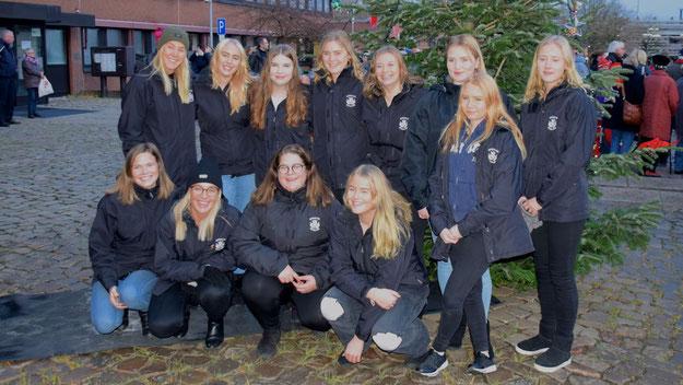 Lucia und Gefolge undercover: In wetterfesten Jacken tanzten die jungen Gäste aus Boxholm um den Weihnachtsbaum