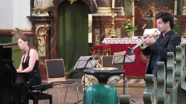 Mit seinen glasklaren Trompeten-Soli füllte Tamàs Palfalvi bravourös das Rund der Rellinger Kirche