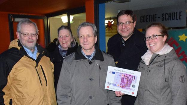 Henning Meyn, Ingrid Cloyd-Nuckel, Burkhard Arndt , Thomas Köppl überbrachten Schulleiterin Birte Haensel (v.l.) die Glückwünsche der Stadt.