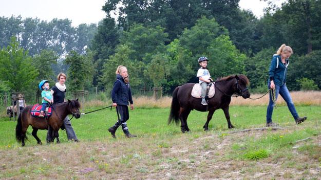Geführt von erfahrenen Reitpädagoginnen ging es für die kleinen Reiter und Reiterinnen auf den Rundkurs.