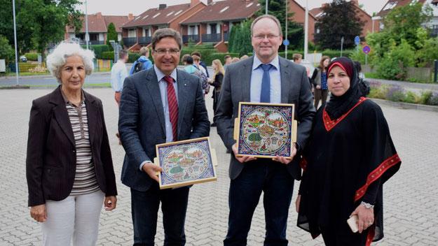 Leila Sharif (r.) überreichte Bürgermeister Köppl und Schulleiter Bülck Gastgeschenke.