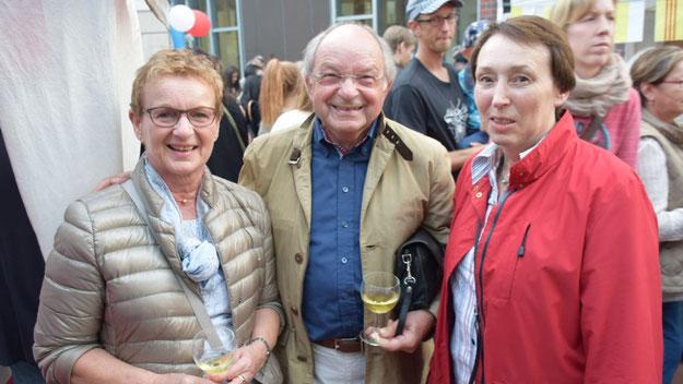 Johannes Schneider mit seiner Frau Bärbel (l.) und Johanna Schmaltz, stellvertretende Vorsitzende der Freunde der Kammermusik.