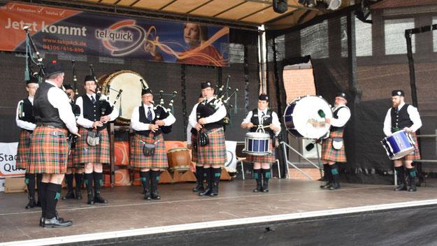 Die Hamburg Caledonian Pipes & Drums sind gern gesehene Gäste in Quickborn.