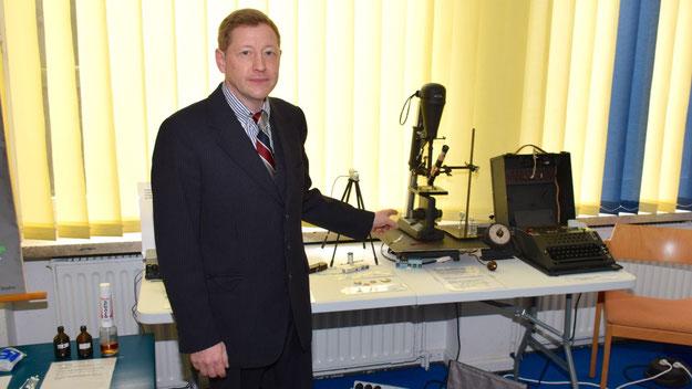 """Alexander Lipski zeigte unter anderem neueste Exponate aus seinem privaten Museum """"Luftschutzwarnamt 1"""" in Quickborn"""