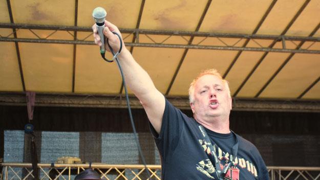 Der Sänger animierte die Zuschauer zum Mitsingen ....