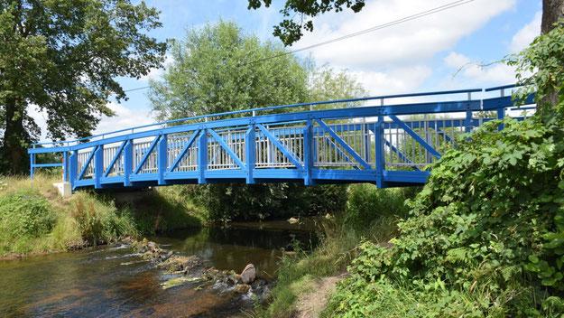 Auch in Knall-Blau: die Brücke in der Nähe